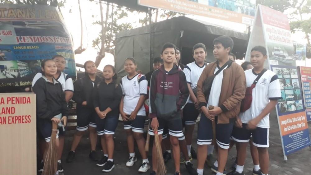 Peringati HUT Dinas Perhubungan Kota Denpasar, SMP (SLUB) Saraswati 1 Denpasar Ikuti Kerja Bakti di Pantai Matahari Terbit